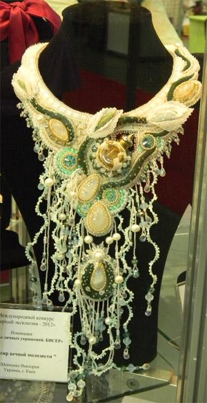 Ожерелье из бисера и бусин на